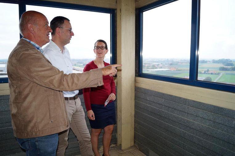 Cultuurschepen Marc Bogaert (N-VA) toont waar zijn huis ligt vanop de toren van veevoeders Degrave.