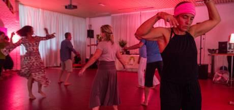 Ecstatic dance: uit je plaat zonder alcohol en drugs, mét blote voeten (nu ook in Ravenstein)