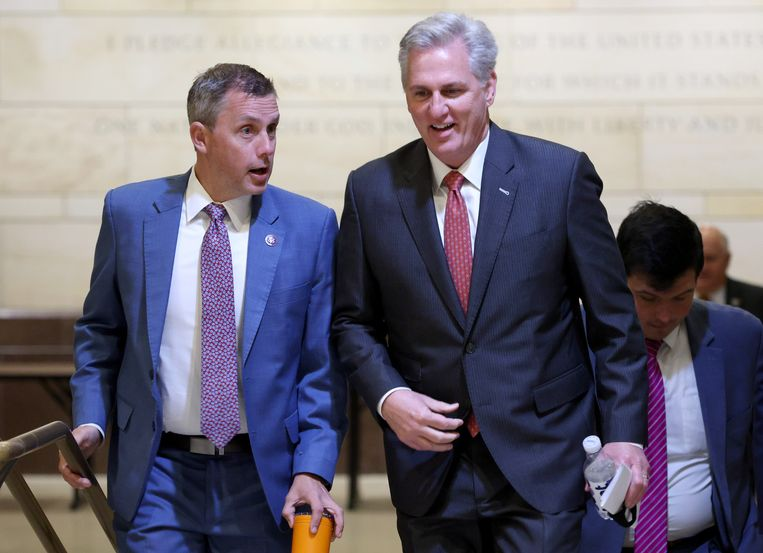 Republikeinen Kelly Armstrong en Kevin McCarthy (rechts). Beeld Getty Images