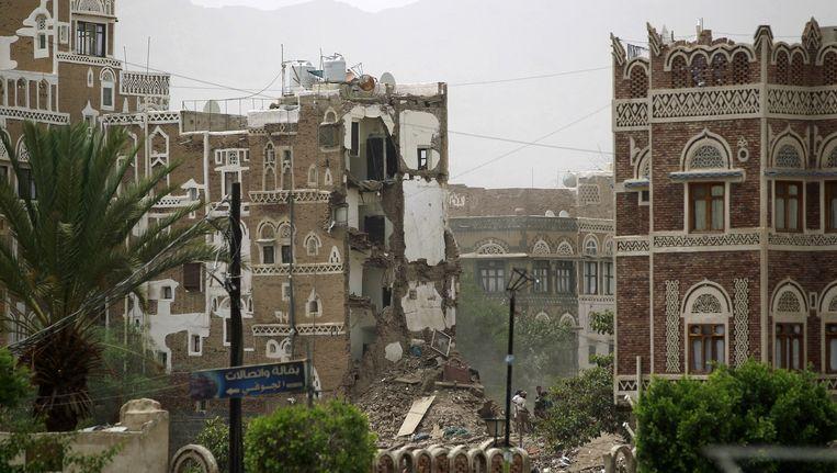 Luchtaanvallen hebben schade aangericht in Sanaa, de hoofdstad van Jemen. Beeld anp
