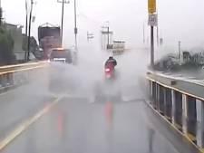 Un motard fait un impressionnant aquaplaning sur une route inondée