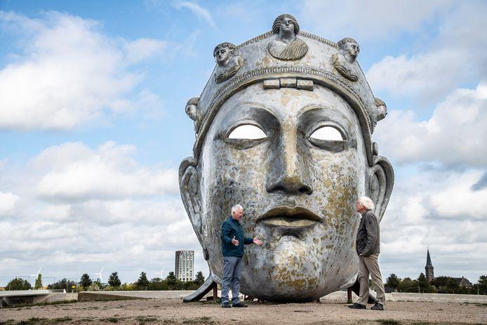 Kunstkenners Frank van de Schoor (links) en Daan van Speybroek (rechts) bij het Romeins Masker het Gezicht van Nijmegen, van kunstenaar Andreas Hetfeld.
