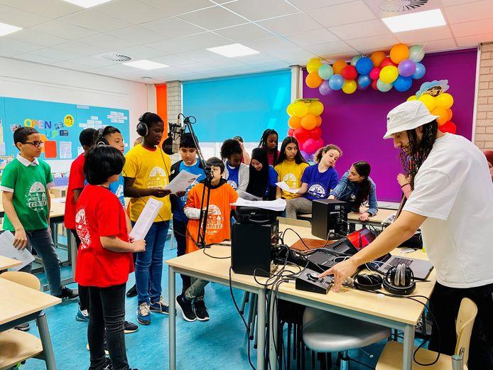 Basisscholen gaan onderling de competitie aan met eigen liedjes in het jong roffa Song festival.
