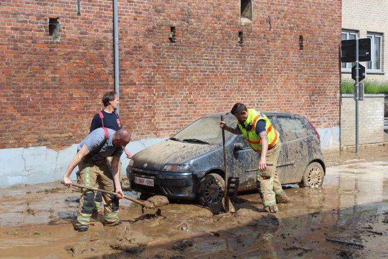 Straten in Groot Gelmen zaten onder de modder. Beeld RTZ