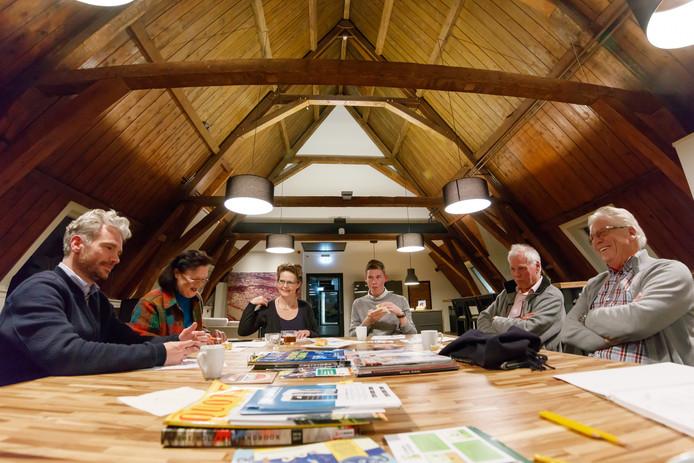 Debatteren over de thema's van de komende gemeenteraadsverkiezingen. V.l.n.r. Paul van der Rijt, Bea Demmers, verslaggeefster Franka van der Rijt, Pol Koopman, Wim de Haan en Piet Soffers.