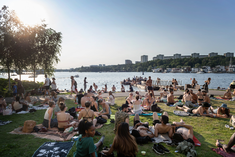 Jongelui in Stockholm: van social distancing is geen sprake. Voor Zweden geldt momenteel code rood: reizen naar het land is niet toegestaan.  Beeld EPA