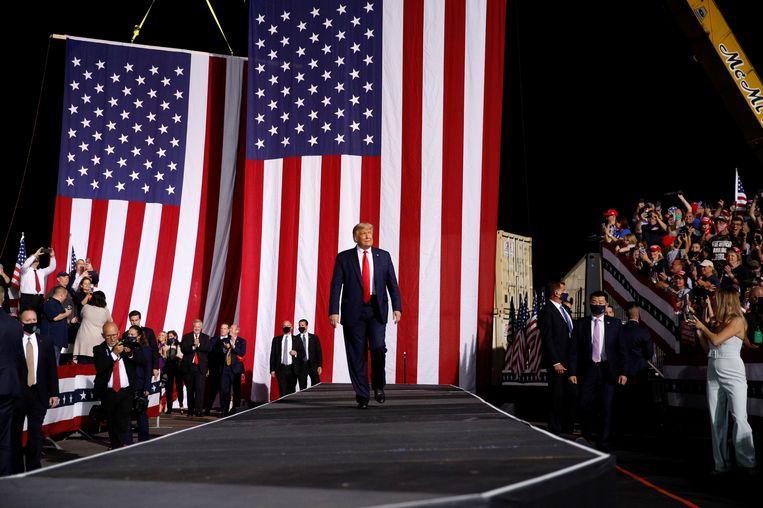 Donald Trump in de spotlights tijdens zijn presidentscampagne in de Amerikaanse staat North Carolina.  Beeld REUTERS