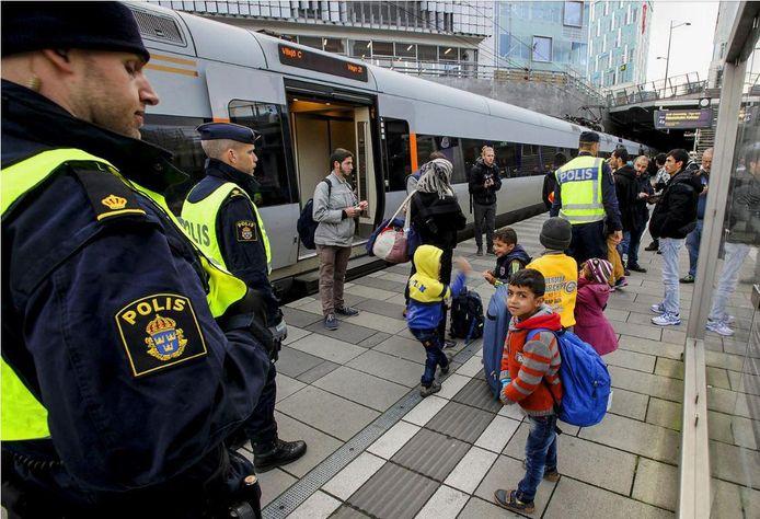 Vluchtelingenkinderen in Stockholm. Het 'brustingssyndroom' dat ook werd vastgesteld bij gevangenen in concentratiekampen, zien de Zweden al jarenlang bij vluchtelingenkinderen.