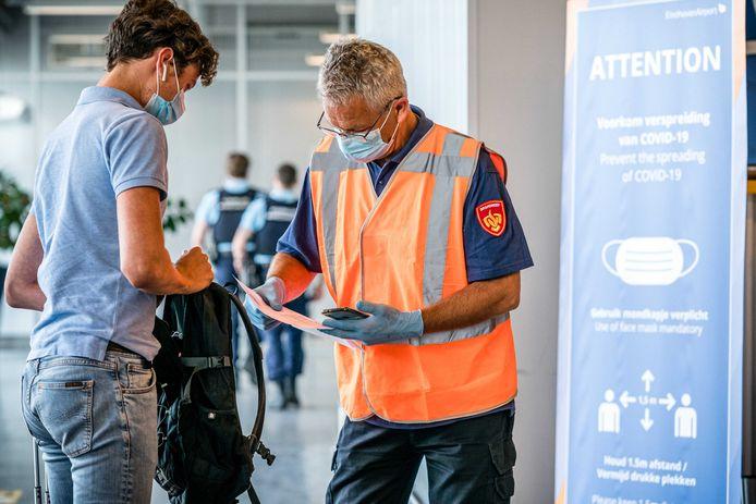 Archiefbeeld 12 augustus 2021: Nederlandse reizigers die terugkeren van vakantie worden op Eindhoven Airport gecontroleerd op hun coronabewijs.