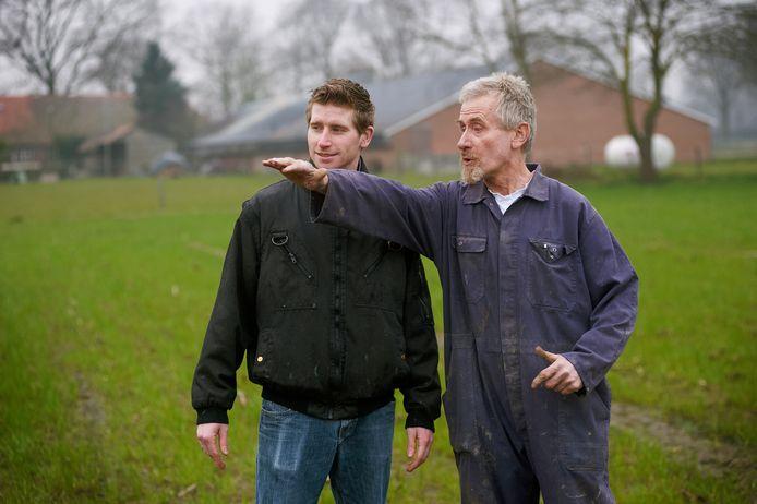 Jo Hermens en zijn zoon Niek op de plek aan de Peelweg in de Graspeel waar de uitbreiding van hun varkensbedrijf moet komen.