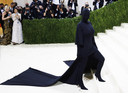 Kanye Wests ex-vrouw Kim Kardashian koos daarentegen voor heel wat meer stof en ging op de tast de trappen op in een zwarte outfit met masker van Balenciaga.