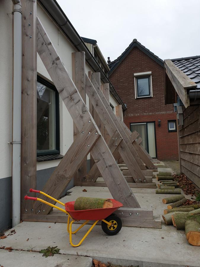 Zware balken houden dit huis in Daarlerveen overeind.