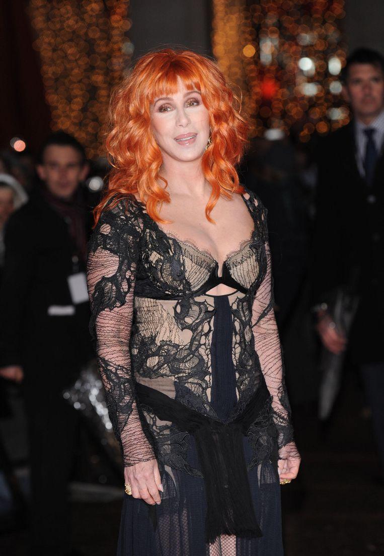 Cher tijdens de première van de film Burlesque, in een helaas rommelige kanten jurk.  Beeld Alamy Stock Photo