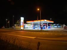 Tankstation overvallen in Kampen, daders schoppen personeel en zetten pistool op hun hoofd