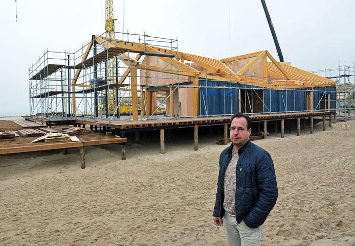 Eigenaar Marcel van Eijk is elke dag op de bouwplaats om de nieuwbouw van strandpaviljoen De Zeemeeuw te volgen.