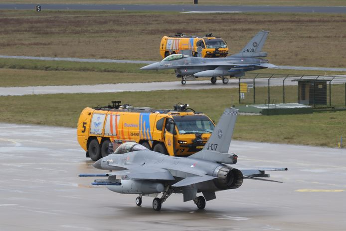 Acht Nederlandse F-16's landden woensdag op de Vliegbasis Eindhoven.