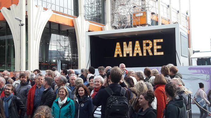 De onthulling van de naam van het nieuwe theater.