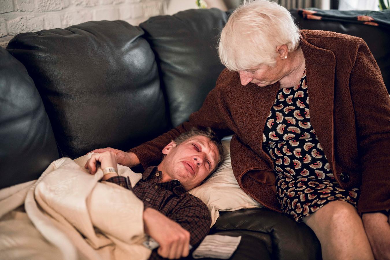 Kevin est réconforté par sa mère Paula après avoir été agressé dans un parc.