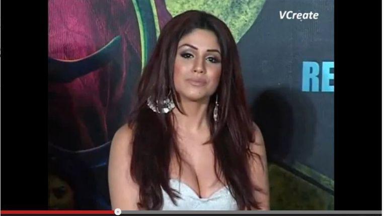 Gihana Khan tijdens de presentatie van de film. Beeld Screenshot van YouTube.