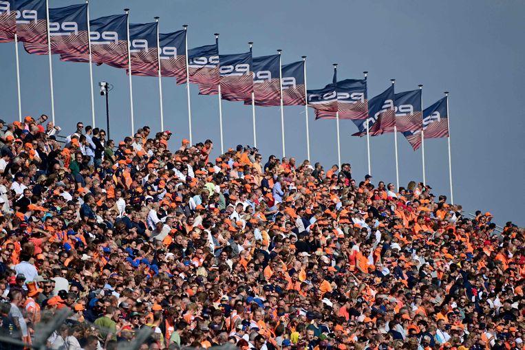 De fans zitten op de tribunes van de Formule 1 tijdens een van de oefensessies. Beeld AFP