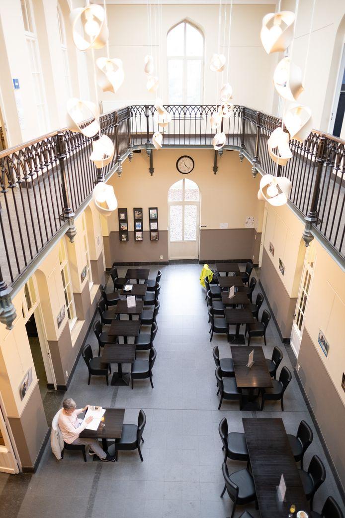 De leeszaal van de Lierse stadsbibliotheek.