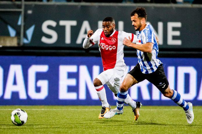 Che Nunnely van Jong Ajax in duel met Kyle de Silva van Eindhoven.