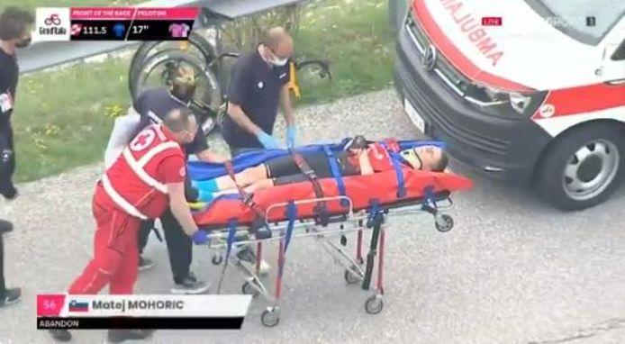 Mohoric werd afgevoerd na zijn zware val.