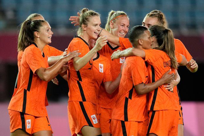 De Leeuwinnen vieren de treffer van Vivianne Miedema.
