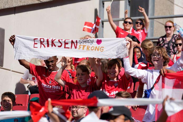 Supporters hadden spandoeken bij hun voor Eriksen.