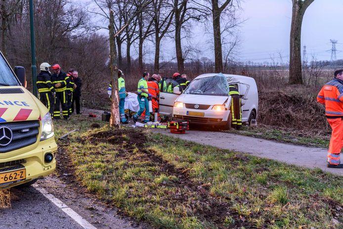 Auto tegen boom in Klundert, bestuurder zwaargewond. Foto  Tom van der Put / MaRicMedia