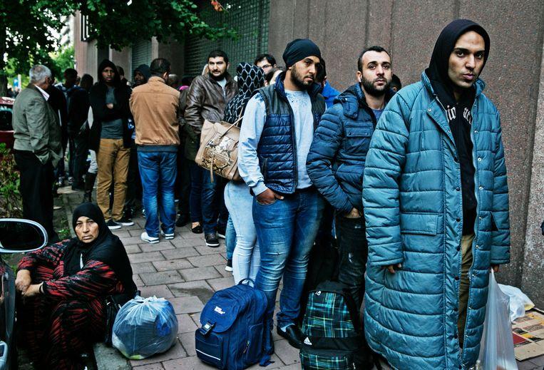 ►Zomer 2015: asielzoekers schuiven in Brussel aan bij de Dienst Vreemdelingenzaken. Medische hulp bekomen is voor hen niet vanzelfsprekend. Beeld Tim Dirven