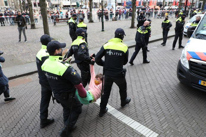 een van de aanhoudingen op het Plein in Den Haag