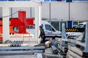 Voor het ziekenhuis in Maastricht is een grote tent opgebouwd in verband met de crisis rond het coronavirus. In die tent kunnen binnenkort mensen met luchtwegklachten een CT-scan krijgen.