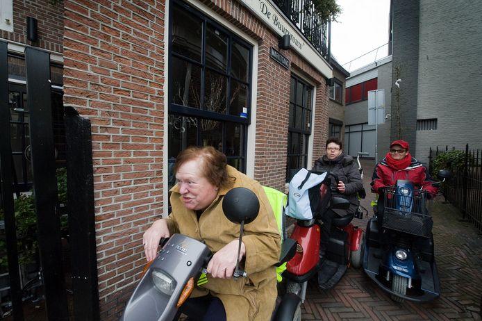 Organisator Ria Huibers voert de troepen aan door de binnenstad van Tiel tijdens een eerdere editie van Flipje op Wielen