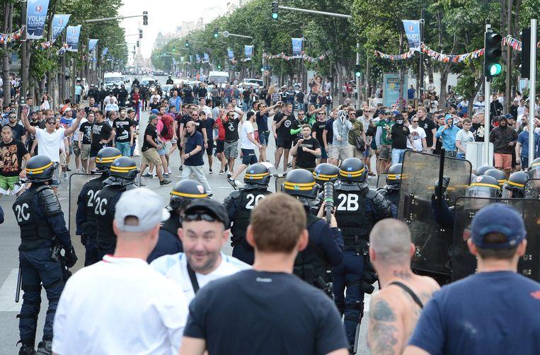 Tijdens het EK 2016 in Frankrijk gingen Russische hooligans in Marseille op de vuist met Engelse supporters.  Beeld BELGAIMAGE