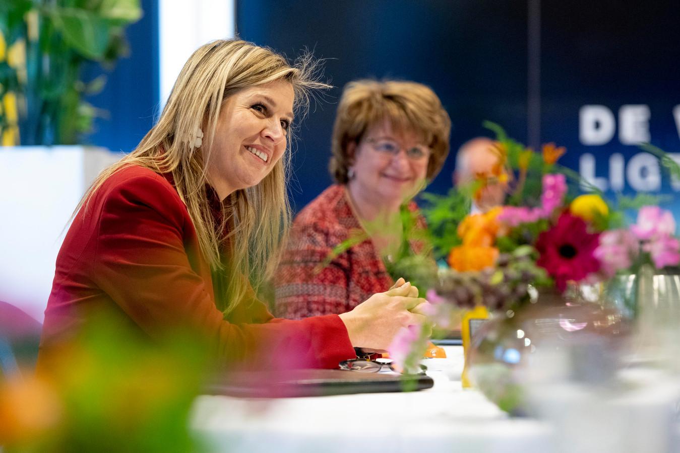 Koningin Máxima en SER-voorzitter Mariëtte Hamer tijdens een werkbezoek aan de regio Gelderse Vallei bij het Veenendaalse Info Support.