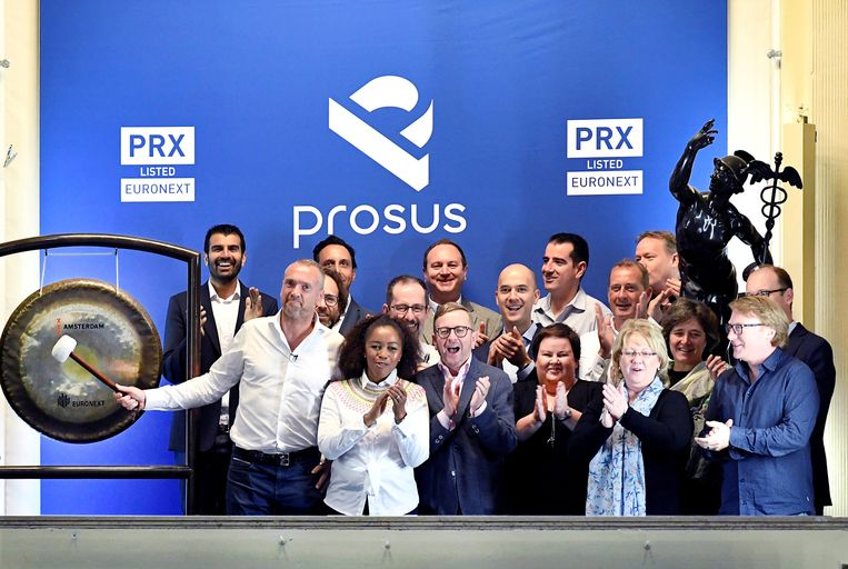 Prosus-topman Bob van Dijk slaat op de gong tijdens de introductie van het aandeel Prosus op de Amsterdamse beurs, september 2019. Van Dijk ontving vorige jaar 38,5 miljoen euro voor zijn werk bij Prosus. Beeld Piroschka van de Wouw / Reuters