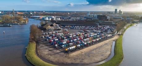 Begroeid hek moet Scania-parking in Zwolle aan zicht onttrekken