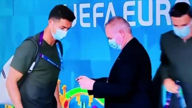 Security herkent Ronaldo niet en holt achter hem aan voor pasje
