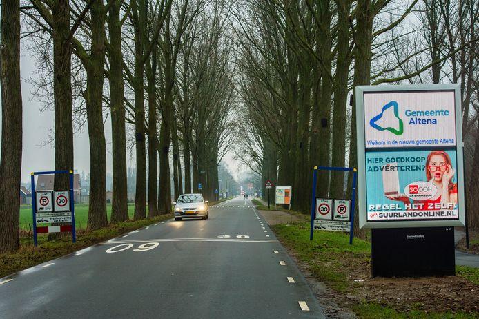 De situatie op de Neer Andelseweg in Andel. De oude komborden zijn weggehaald, de nieuwe hangen er nog niet.