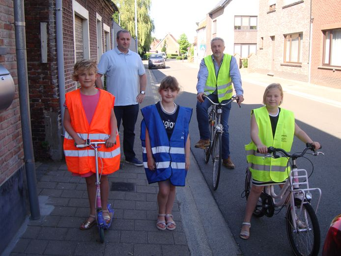 Geert Roosenboom, Dirk De Mey (Raadsleden Open VLD) en 3 jeugdige sympathisanten (Lise/Lentl/Lotte)