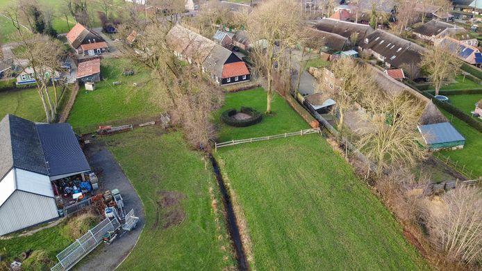 De situatie aan de Sluitersweg in Rouveen, met links het perceel van Lucas Knoll en rechts het huis, met uitbouw met rode dakpannen, van de familie Timmerman.