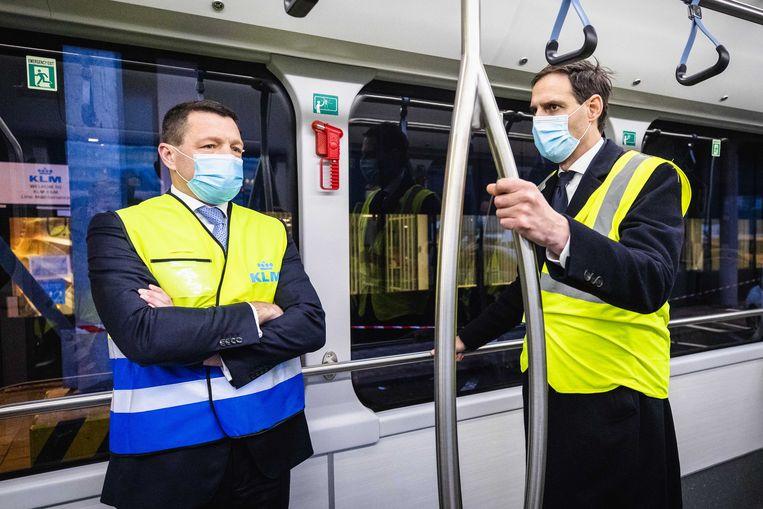 KLM-topman Pieter Elbers (l) in gesprek met minister Wopke Hoekstra van Financiën tijdens een werkbezoek aan luchthaven Schiphol.  Beeld ANP