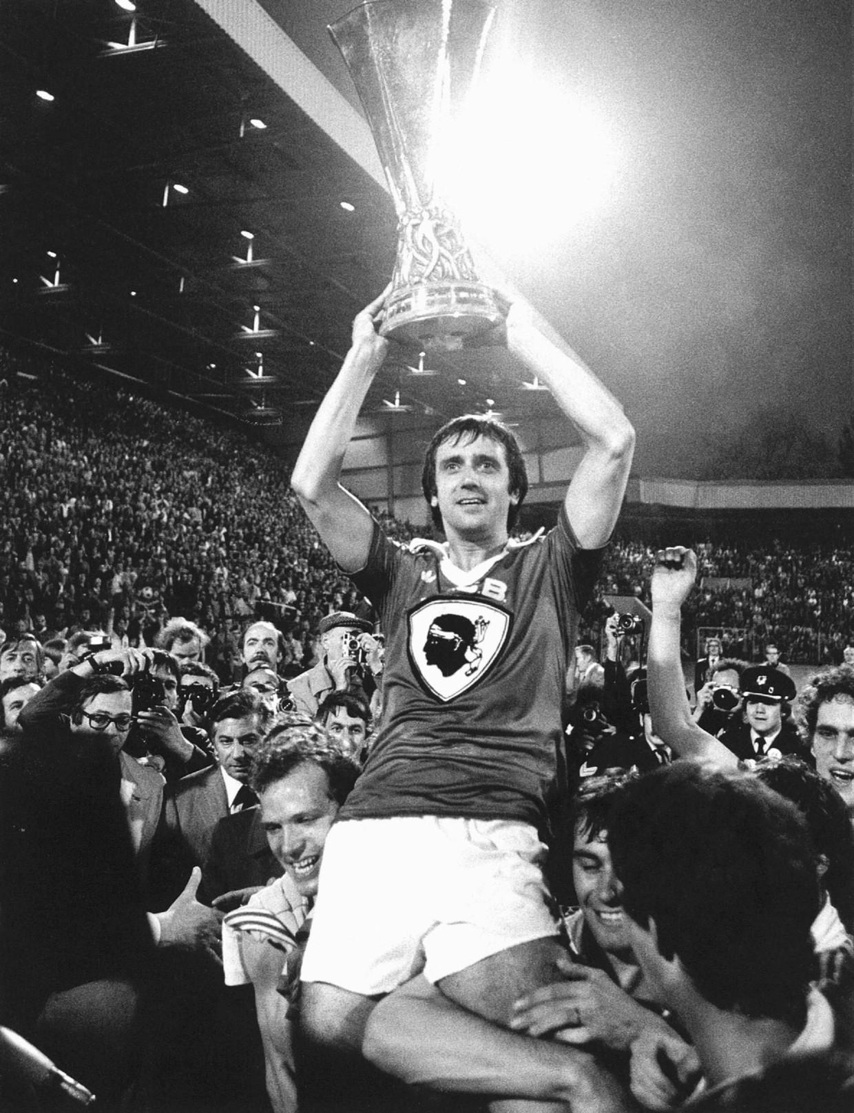 PSV'er Willy van der Kuijlen met de Uefa Cup in 1978. Beeld anp