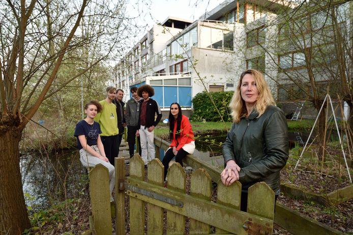 Marije Veen met achter haar enkele jeugdige bewoners van Huize Bloemendaal, dat binnenkort wordt gesloopt.