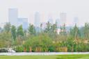 Vanaf Schieveen en de Ackerdijkse Plassen is de hoogbouw van de stad onmiskenbaar als skyline aanwezig.