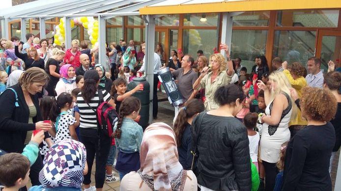 Schoolhoofd Antoinette van Zuijlen proost met kinderen en ouders van basisschool Kleurrijk op het nieuwe schooljaar.