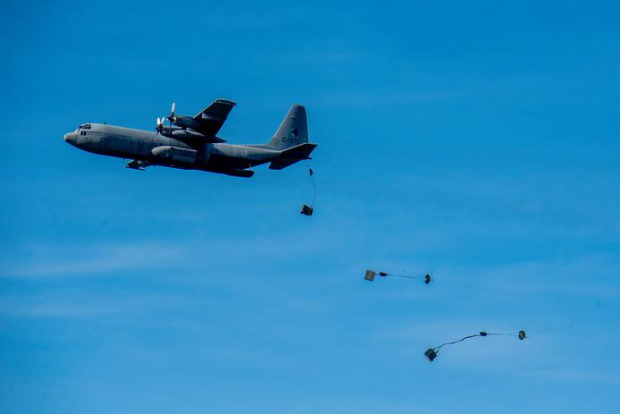 Een cargo-drop op Deelen tijdens oefening Falcon Autumn.