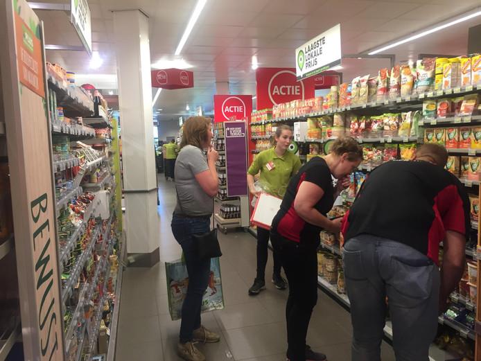 Deelnemers van de eerste Wollukse Kwis waren ook in de supermarkt te vinden. Voor 2,44 euro moest er, onder strenge voorwaarden, een avondmaaltijd bij elkaar worden gezocht voor de Voedselbank.