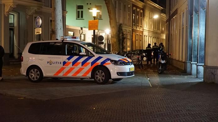 De Deventer politie zoekt de scooterrijder, die woensdagavond in de Keizerstraat in Deventer een collega aanreed.